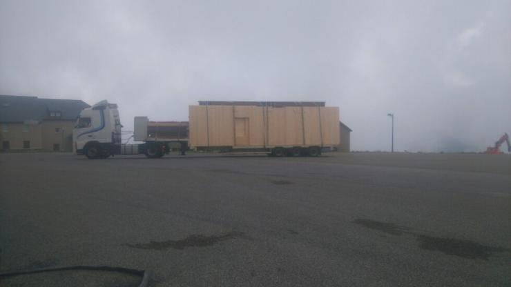 Le Hangar arrive en éléments préfabriqués sur des camions