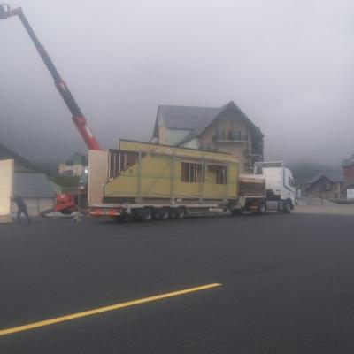 La grue débarque les éléments du camion